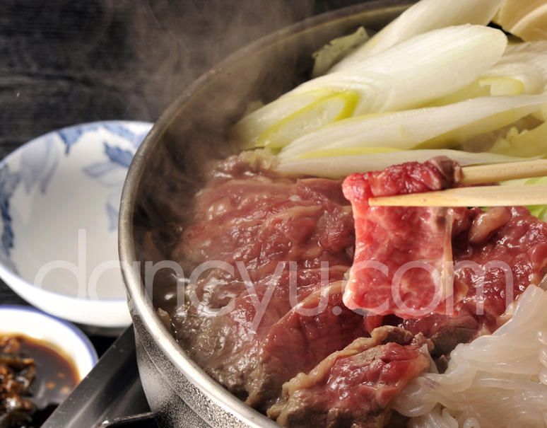 【青森 尾形精肉店特製】味噌仕立て桜鍋セット<特上>馬肉・野菜・鍋用せんべい付(3〜4人前) ※冷蔵の写真